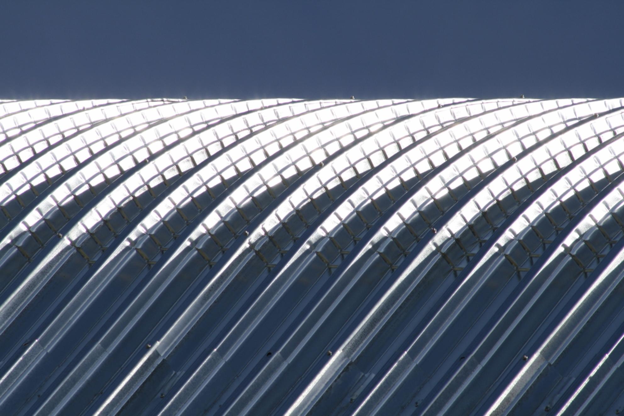 Goed gepoetst - Dit is een foto van een dak in aanbouw bij de RAI in Amsterdam. Geen idee of dit het eindresultaat is... - foto door MirjamKoot op 14-09-2008 - deze foto bevat: abstract, licht, lijnen, architectuur, fel, dak, rai, mirjamk