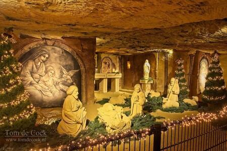 mergelrijk - In de grot van Mergelrijk, vind je diverse kerstverhalen en kerstdorpen onder de grond in Valkenburg aan de Geul. Ook vindt je hier alles over de ges - foto door cockie op 24-11-2020 - deze foto bevat: donker, kleur, licht, kerst, beeld, stilleven, zandsculptuur, zand, kunst, kind, kerststal, jezus, limburg, mijn, grot, altaar, maria, details, mergel, kerstverhaal, Valkenburg aan de Geul, weinig licht, mergelgrot, mergelbeeld, kerst grot