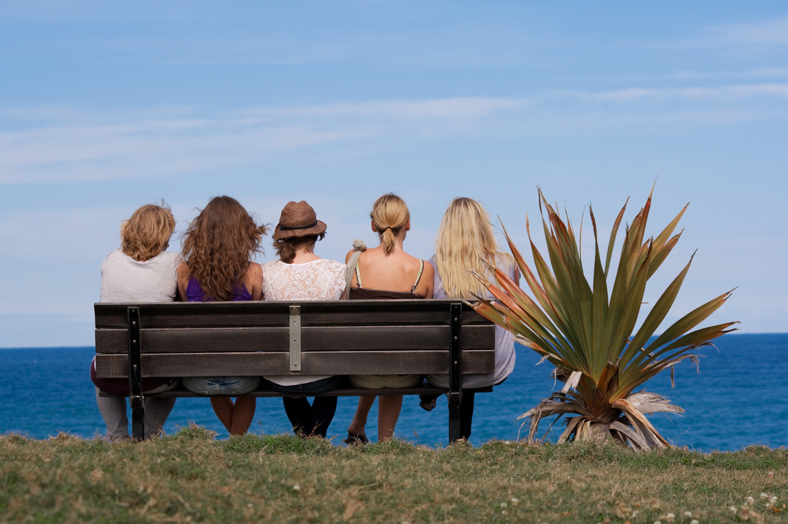 Ik wil nog niet naar huis... - De dames zitten dromerig op een bankje aan het einde van de roadtrip. Een laatste blik op de zee en dan de auto in, want de vakantie is voorbij. - foto door haikodejong op 05-10-2010 - deze foto bevat: zee, bank, vrouwen