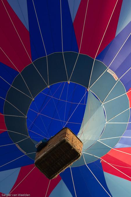 Kleurrijk reizen - Luchtballon met mooie kleuren vlak na opstijgen. - foto door smweelden op 04-04-2012 - deze foto bevat: kleuren, rood, kleur, blauw, ballon, fel, kleurrijk, mand