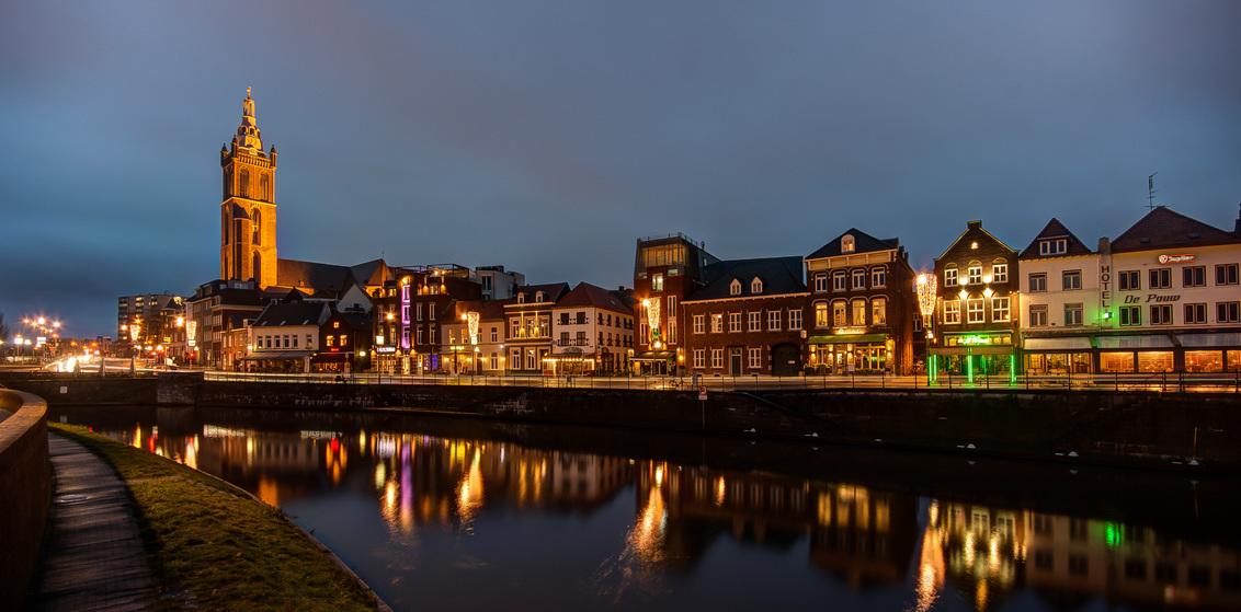 Roermond - Roerkade - Roermond - Roerkade - foto door mdwaard op 31-01-2018 - deze foto bevat: limburg, nachtfotografie, roermond, roer, avondfotografie, christoffel, blauwe uur