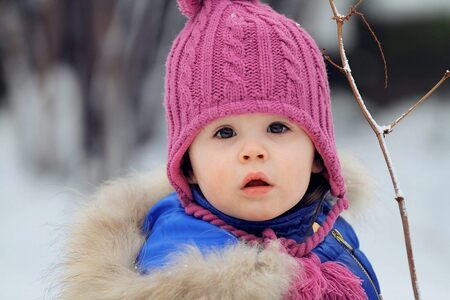 Klein mutsje - Mijn allereerste foto van mijn dochter met de Canon 70-200mm f/2.8 - foto door deepkreativ op 12-12-2013 - deze foto bevat: winter, portret