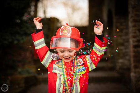 Kleine brandweerman - Carnaval 2021 - foto door CreateTrends op 13-02-2021 - deze foto bevat: mensen, portret, daglicht, kind, kinderen, carnaval, jongen, vreugde, confetti, verkleed, blij, brandweerman, blijdschap