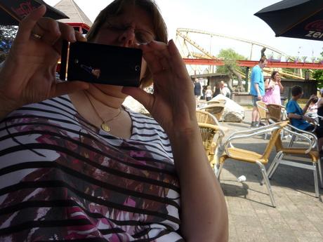 oma maakt een foto van mij met de telefoon.