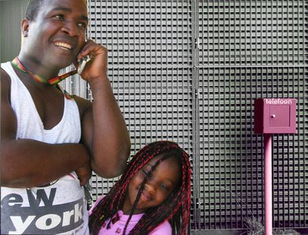 even bellen... - even bellen...met... - foto door vlijm074 op 21-04-2012 - deze foto bevat: bellen, dochter, vader, telefoneren