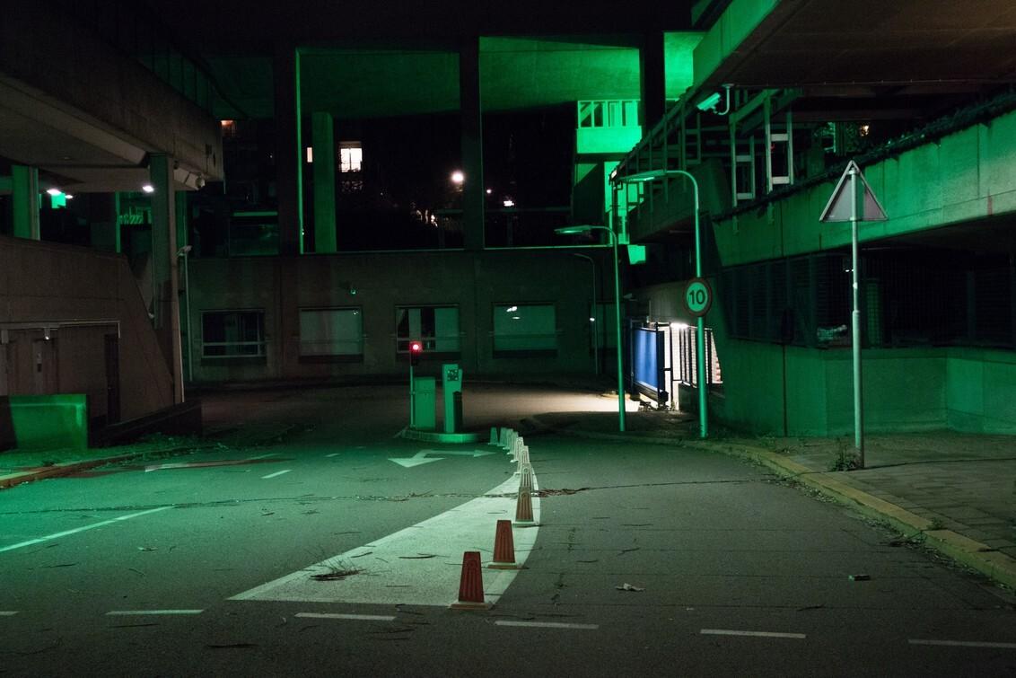 Arnhem - Groenlicht 2 - Foto van en groot verlaten kantoren complex in Arnhem. Groen licht is afkomstig van beveiligings camera's. - foto door Krulkoos op 19-04-2017 - deze foto bevat: groen, licht, kantoor, eenzaam, sfeer, arnhem, verlaten, urbex, bedrijf, groenlicht, rx100, maurice weststrate