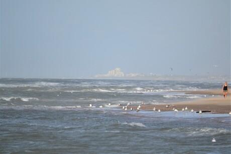 Het strand met een zweverige verte...