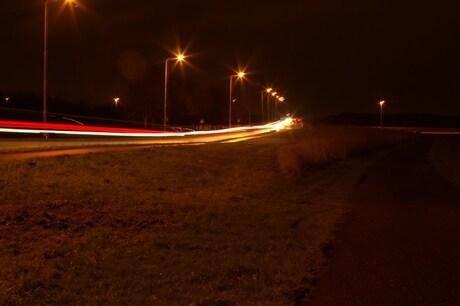 Straatbeeld bij nacht