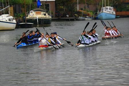 Vrouwen nemen het stuur over! - Dit kwam ik tegen op mijn ronde langs het Starnmeer. Vrouwen laten zich niet graag in de boot nemen. Ze willen zelf sturen. Dat mag. Zie voorbeeld. - foto door D.Laninga op 13-10-2009 - deze foto bevat: sport, natuur, vrouwen, kano, stuur, varen