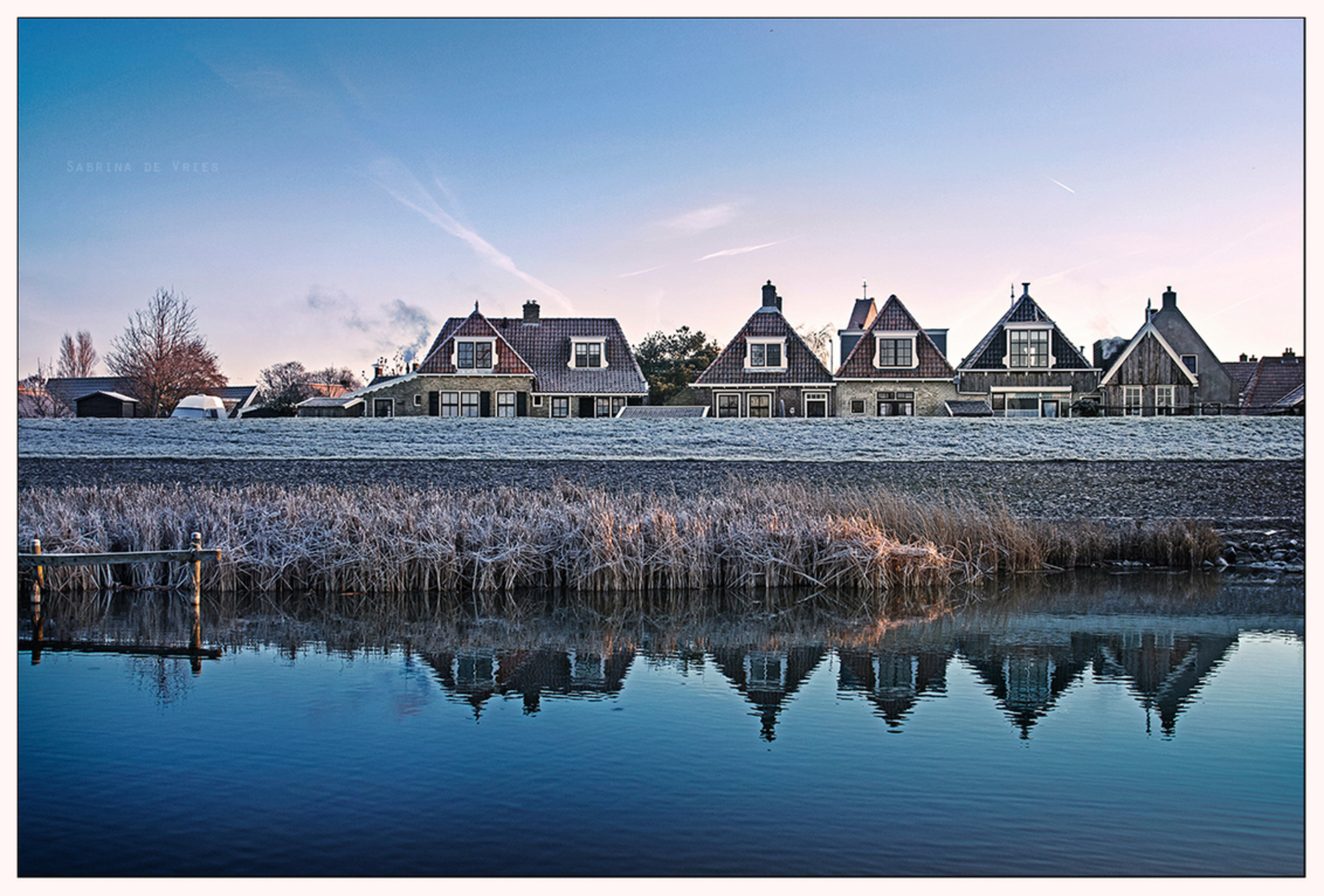 Makkum - Achterdijkje - 29 november 2016 - foto door ReflectionsFromWithin op 30-11-2016 - deze foto bevat: lucht, kleur, zon, water, winter, ijs, spiegeling, landschap, mist, zonsopkomst, sloot, koud, molen, kust, ijsselmeer, huizen, nostalgie, wieken, kou, najaar, zeedijk, makkum, vrieskou