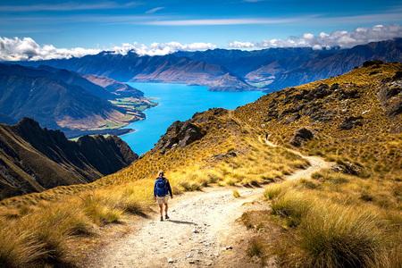 Wandelen in Nieuw Zeeland - Wandelen door de prachtige bergen van Nieuw Zeeland met uitzicht op het Hawea meer - foto door antwan op 25-02-2021 - deze foto bevat: landschap, bergen, meer
