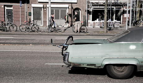 Amerikaan met fiets uit kofferbak