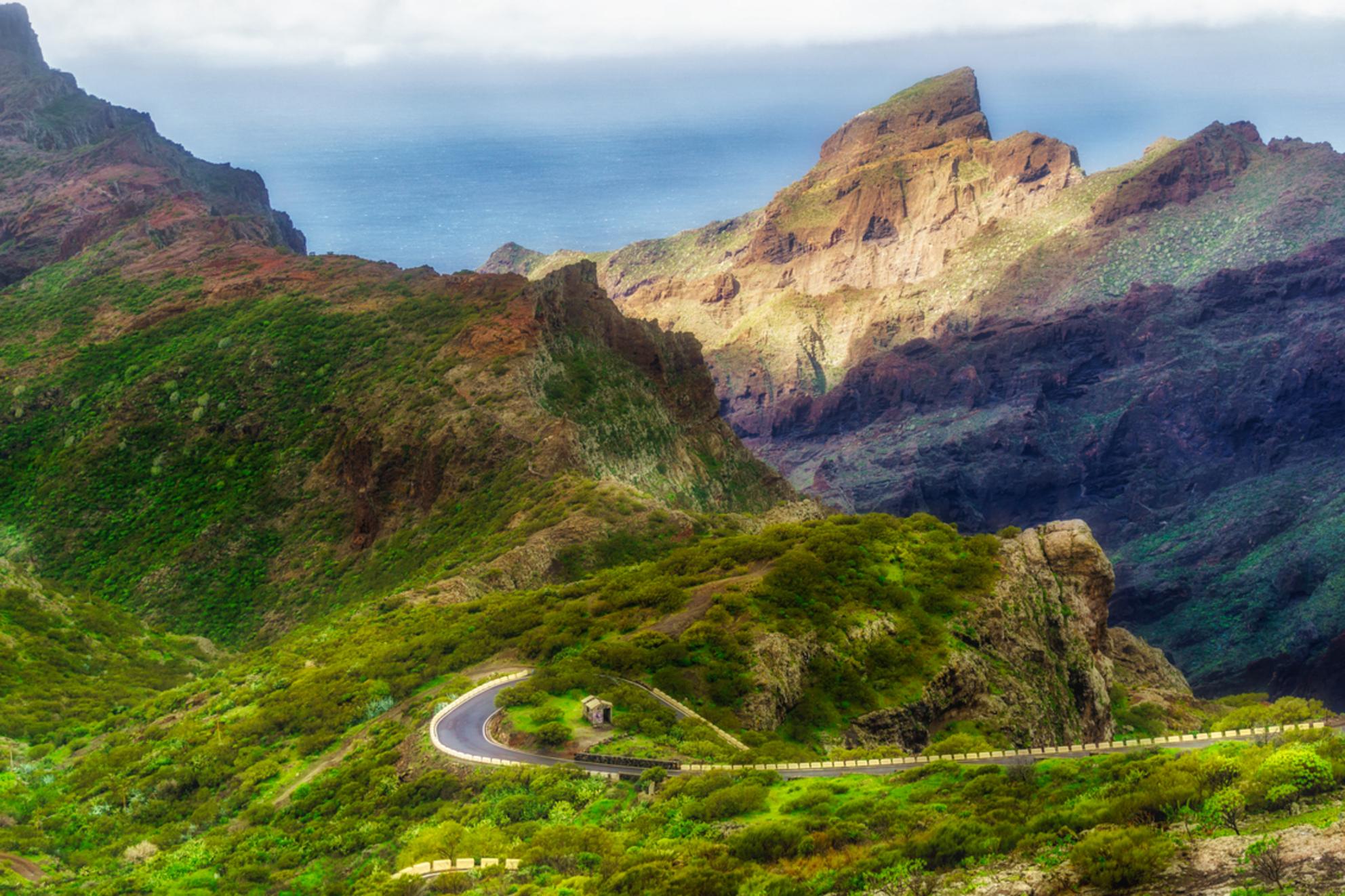 Hoog in de bergen - - - foto door gefeddert op 06-03-2018 - deze foto bevat: lucht, wolken, straat, zee, water, soft, vakantie, bomen, bergen, huisje, weg, rotsen - Deze foto mag gebruikt worden in een Zoom.nl publicatie