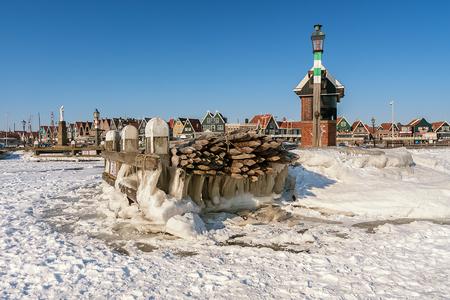 Winter 2014 - Winters komen dus vaker voor dan je hoort, en ook wel strenger dan nu gr.Rob  Weer eens wat fijne jazz van: Erik Truffaz met Mechanic Cosmetic  - foto door RobNagelhout op 09-02-2021 - deze foto bevat: lucht, wolken, zon, water, dijk, vuurtoren, natuur, licht, boot, sneeuw, winter, ijs, landschap, meer, haven, pier
