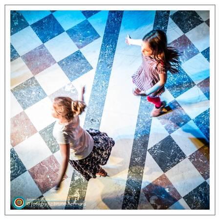Party - Een foto uit mijn archief. De mama van het linkse kindje vierde haar 40 ste verjaardag. De twee op de foto gingen stevig uit de bol.  Dank voor uw r - foto door brunohermans op 13-01-2017 - deze foto bevat: kleur, licht, party, dansen, beweging, feest, verjaardag