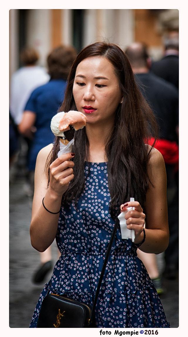 Ongelofelijk - Volgens mij pakte het iets groter uit dan ze verwacht had.....  Bedankt voor de reacties op [url=http://zoom.nl/foto/reisfotografie/reading-a-book. - foto door mgompie op 10-08-2016 - deze foto bevat: ijsje, meisje, straatfotografie, ongeloof, mgompie