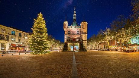 Stralende sterren bij Deventer waaggebouw op de Brink