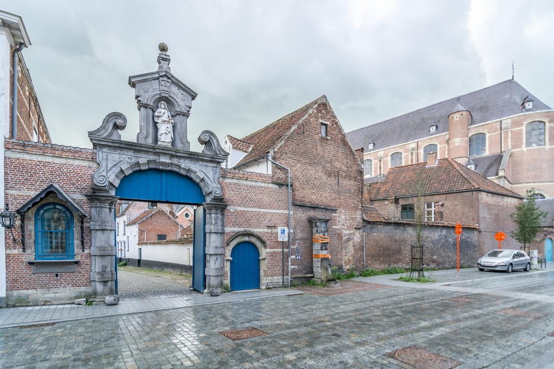 Begijnhofpoort - Toegangspoort tot het Lierse Begijnhof met beeld van de H.Gegga. - foto door Foonmaster op 31-10-2017 - deze foto bevat: belgie, begijnhof, lier