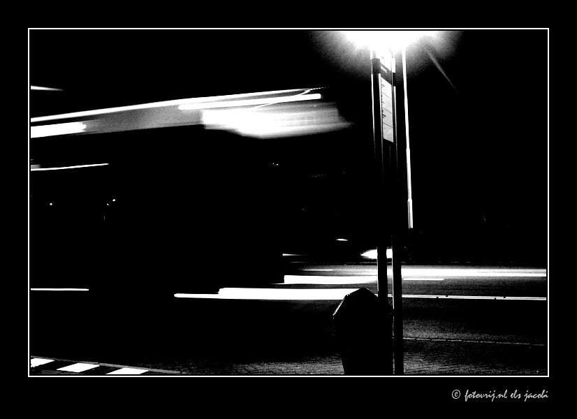 Haast - bushalte bij nacht - foto door fotovrij.nl op 15-10-2006 - deze foto bevat: bus, architectuur, zwart, nacht, logo, snelheid, vormgeving, vervoer, haast, strak, bushalte, wageningen, busstation, overdekt, openbaar, connexxion