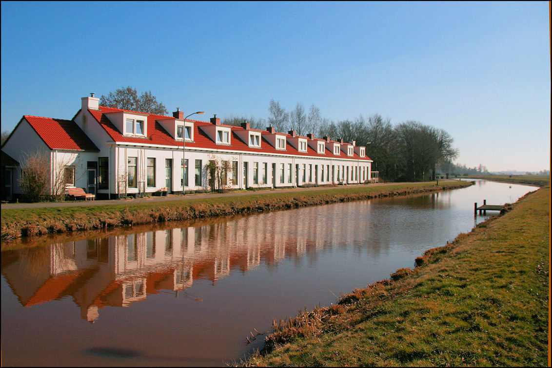 Tienborg Woudbloem - Woudbloem dankt de naam aan de in 1904 gebouwde aardappelmeelfabriek De huisjes hier werden in 1906 gebouwd  in opdracht van de de fabriekseigenaren - foto door Teunis Haveman op 14-03-2021 - deze foto bevat: water, spiegeling, landschap