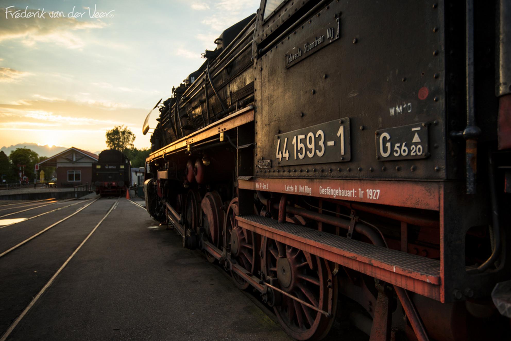 441593-1 - Loc 441593 op Station Beekbergen te Lieren bij volle lensopening en laatste zonlicht.  Sluitertijd 1/80 seconde, ISO100, f4, LEE 0.9 Soft Grad (sch - foto door fveer op 18-06-2014 - deze foto bevat: station, trein, stoom, locomotief, lieren, beekbergen - Deze foto mag gebruikt worden in een Zoom.nl publicatie