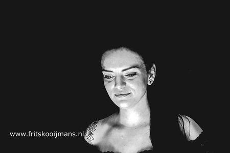 Fotofair 2019 cursus low key - 20190525 9803zw Fotofair 2019 cursus low key - foto door fritskooijmans op 30-05-2019 - deze foto bevat: vrouw, portret, model, meisje, zwartwit, fotoshoot, lowkey, fotofair, 2019, fotofair 2019