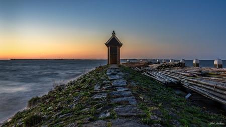 Havenhoofd - Havenhoofd - Volendam - foto door barthendrix op 04-04-2019 - deze foto bevat: lucht, zon, water, vuurtoren, lente, licht, landschap, zonsopkomst, meer, haven, pier, volendam, havenhoofd, lange sluitertijd