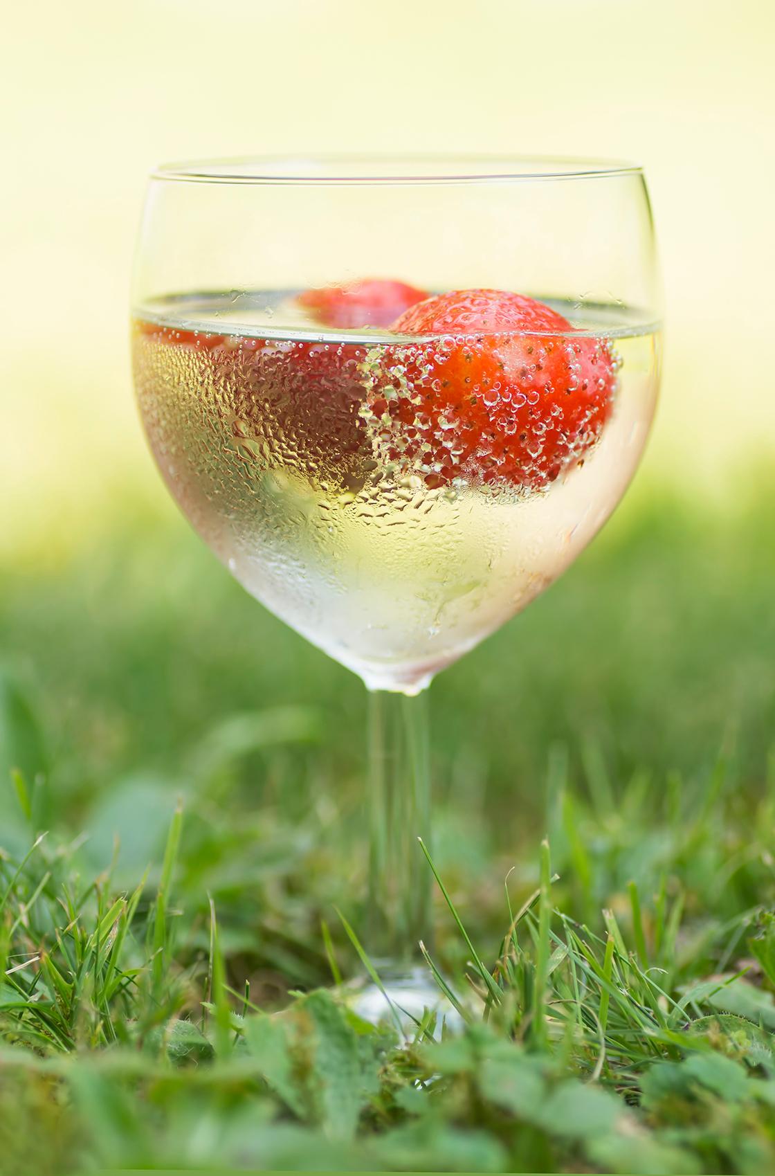 Een glas vol zomer - Een zomers drankje zorgt voor  verkoeling tijdens de vakantie. - foto door birgitte61 op 22-06-2020 - deze foto bevat: glas, vakantie, zomer, fruit, aardbei, drankje, feestelijk, cocktail
