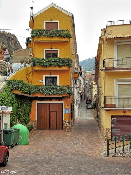 Een straatje in Ayna. - Op de vorige foto´s stond het bergdorpje Ayna, hier een van de smalle straatjes en huizen om een indruk te krijgen van het leven hier. - foto door ocelot_zoom op 26-06-2019 - deze foto bevat: spanje, reisfotografie, europa, ldr, nicojo, ayna