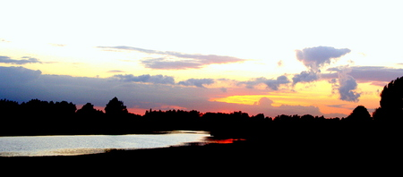 Oude rijn 2 - Een tegenlichtopname met de zon bijna onder op de automaat gaf deze sfeer op de foto. - foto door theoluising op 19-03-2009 - deze foto bevat: avondzon, reflectie, oude, rijn