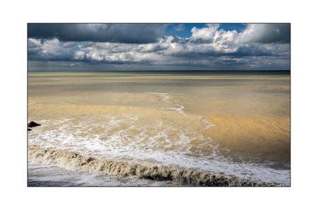 normandië 13 - de zee daagt uit om al die kleurschakeringen te vangen....soms lukt 't een beetje!!!... - foto door bernhard48 op 01-03-2018 - deze foto bevat: lucht, wolken, zon, strand, zee, water, licht, landschap, kust