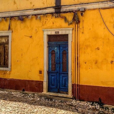 Hier was het feestje - De slingers hangen er nog. - foto door convust op 29-04-2017 - deze foto bevat: oud, kleur, straat, vakantie, portugal, huis, straatfotografie