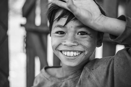 A Warm Smile - - - foto door patrickooms92 op 03-01-2016 - deze foto bevat: wit, hand, vakantie, portret, zwart, reizen, ogen, lachen, jongen, glimlach, lach, arm, cultuur, straatfotografie, warm, azie, blij, reisfotografie