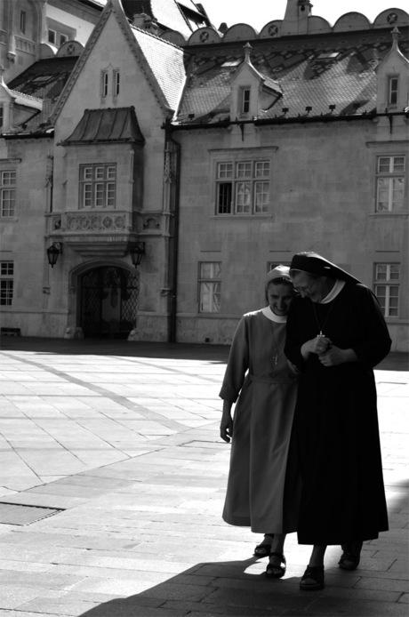 Giechelende nonnen