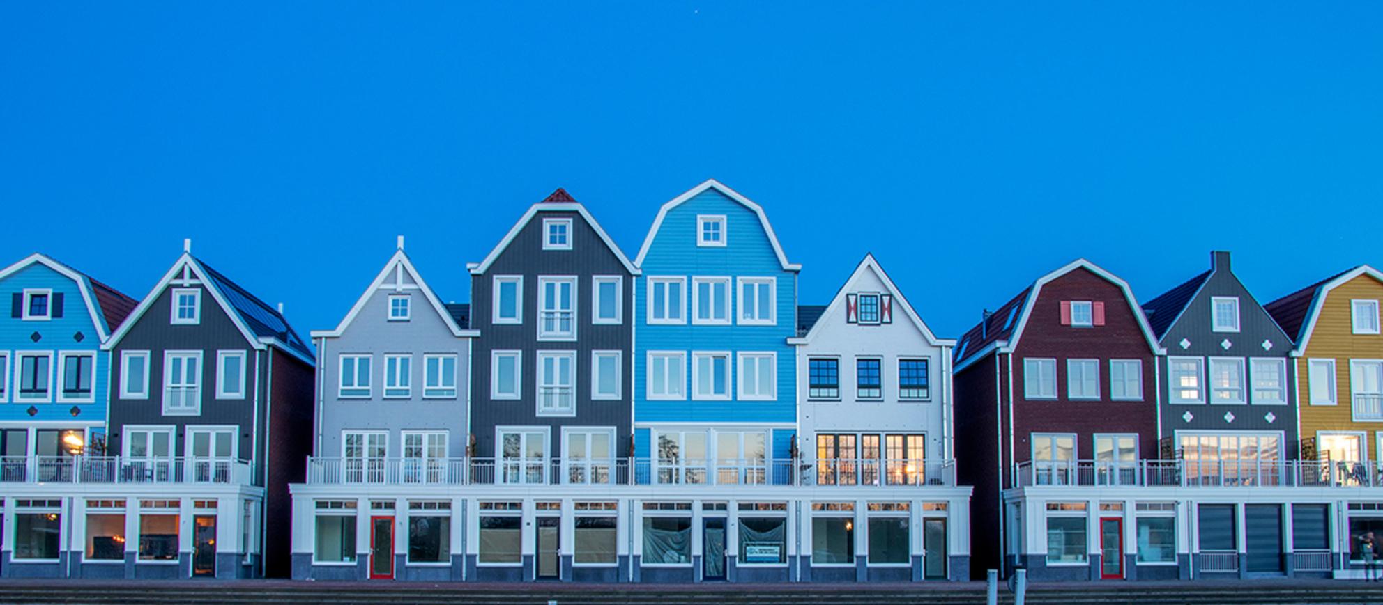 Blue - - - foto door cdgrf op 22-02-2021 - deze foto bevat: avond, architectuur, gebouw, nacht, kleurrijk, huis, Blauwe uurtje