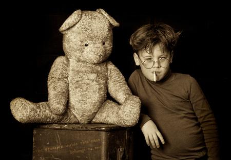 The sin of youth - @@ de jeugd zonde verpakt in een koffer @@ - foto door marley op 20-12-2011 - deze foto bevat: kind, art, beer, koffer, uitbeelding, rokken, verpakt, jeugdzonde