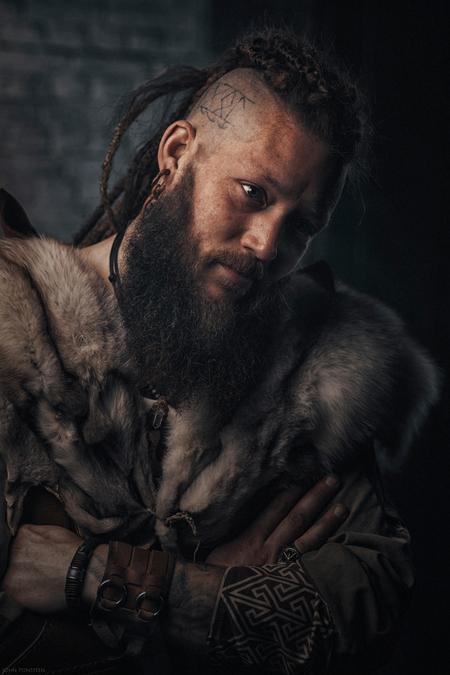 Ragnar - - - foto door Etsie op 26-02-2020 - deze foto bevat: man, portret, model, flits, ogen, stoer, haar, tattoo, art, emotie, viking, fotoshoot, baard, flitser, outfit, fine art