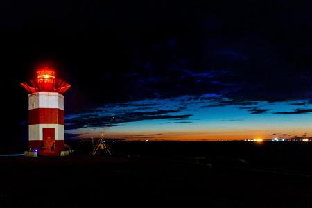 Scheveningen bij nacht -2- - Havenhoofd met baken. iso 1000 - 4 sec - f 4,5 - foto door fotohela op 15-07-2020 - deze foto bevat: lucht, wolken, strand, zee, water, vuurtoren, panorama, natuur, avond, zonsondergang, spiegeling, landschap, duinen, tegenlicht, scheveningen, zand, haven, pier, nacht, kust, havenhoofd, lange sluitertijd