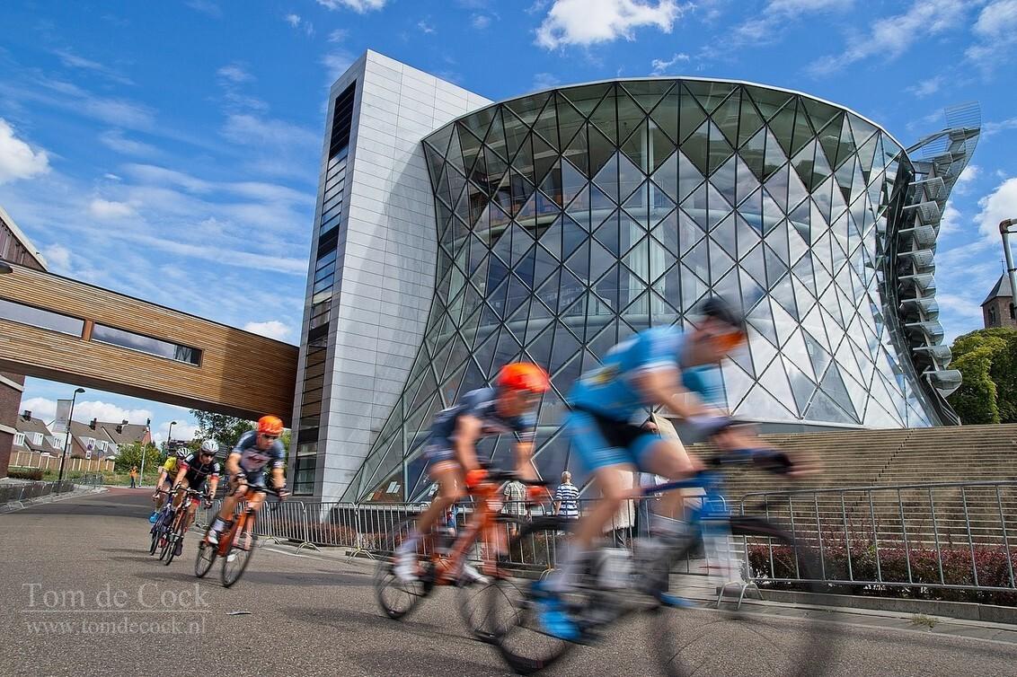 de pijl van heerleheide - - - foto door cockie op 27-08-2018 - deze foto bevat: wolken, blauw, sport, gebouw, koeltoren, actie, snelheid, fietsen, beweging, sluitertijd, wedstrijd, wielrennen, heerlen, iconisch, iconisch gebouw, pijl van heerleheide, heerleheide