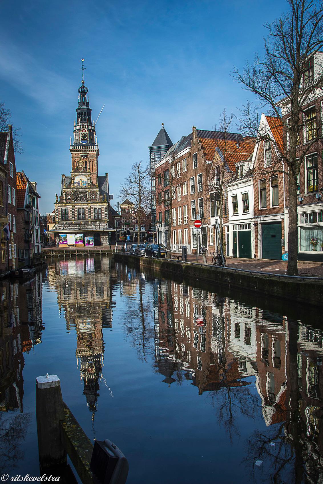 Gespiegelde Waag - na de winterse dagen even naar Alkmaar. De waag staat mooi afgetekend tegen een blauwe lucht. - foto door rits op 20-02-2021 - deze foto bevat: spiegeling, alkmaar, waag, blauwe lucht