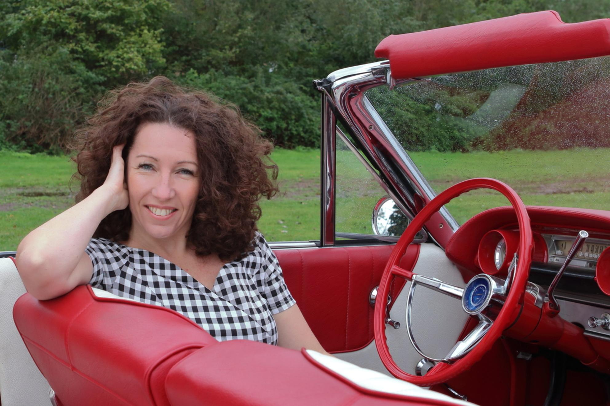 Peggy Baartmans - Tussen de buien door een modellen shoot in Breda. Model Peggy - foto door mariskavandam op 08-10-2020 - deze foto bevat: mensen, zoom, model, canon, oldtimer, modellen, shoot
