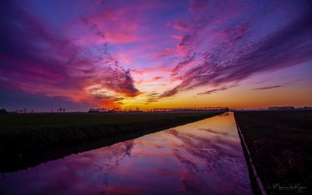 Zonsondergang vanavond 1 dec - Kleurenpracht net na zonsonderganmg vanavond 1 dec 2019 - foto door betuwe op 01-12-2019 - deze foto bevat: lucht, wolken, water, natuur, licht, winter, zonsondergang, landschap, nederland, dutch, betuwe, betuwefotograaf