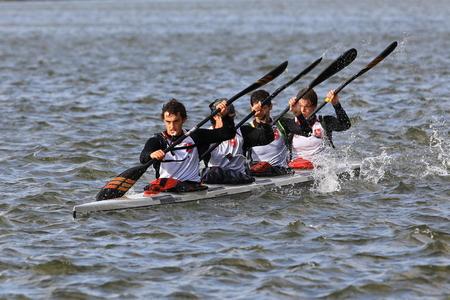 Vuil water? - Zo af en toe kwam er ook een zware motorboot voorbij.  Deze motorboot maakte een zware boeggolf, waar deze jongens best last van hadden. Ze drinken - foto door D.Laninga op 14-10-2009 - deze foto bevat: water, sport, natuur, ontspanning, kano, varen
