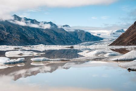 Gletsjermeer in IJsland - - - foto door bjornsnelders op 14-10-2019 - deze foto bevat: lucht, wolken, water, licht, sneeuw, vakantie, ijs, spiegeling, reflectie, reizen, landschap, mist, ijsland, bergen, meer, gletsjer