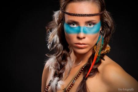 Indian Nouck - model Anouck, mua Sandra Schram - foto door Vivo op 18-11-2014 - deze foto bevat: blauw, veren, model, flits, ogen, beauty, indiaan, kralen, fotoshoot, modelfotografie, portretfotografie, studiofotografie, indianshoot