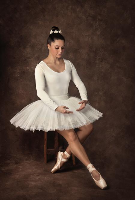 Ballerina - Ballerina - foto door elaine_hovenier op 28-02-2021 - deze foto bevat: donker, licht, portret, model, flits, ballet, studio, ballerina, flitser, spitzen, octabox, fine art