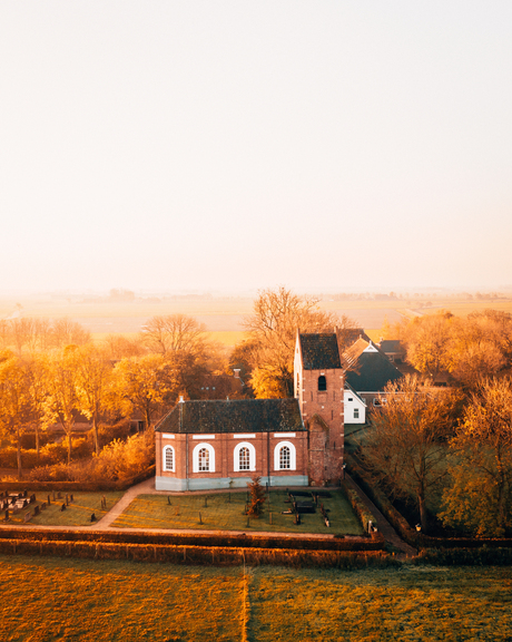 Kerk Saaksum, Groningen met zonsopkomst
