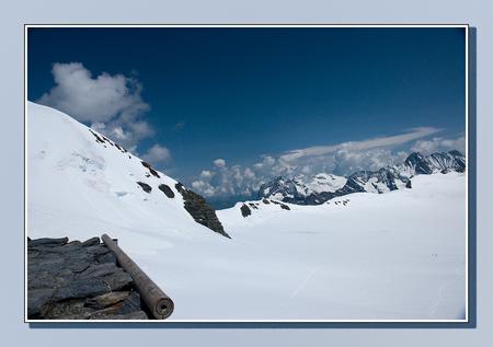 Verloren - Vanaf de Mönchjochshütte kijk je in een wondere witte wereld waarin je je verloren waant. Rechts onderin kan je nog iets van het pad zien dat terug l - foto door Piro_zoom op 05-08-2009 - deze foto bevat: sneeuw, bergen, jungfrau, zwitersland, piro, monch