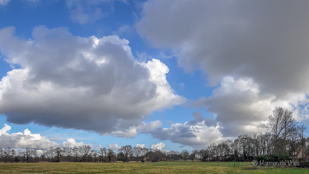 Indrukwekkend - Wat is de natuur, in dit geval met zulke wolken, steeds weer indrukwekkend. Dus direct vastgelegd met m'n mobiel. - foto door hjdevries op 26-02-2021 - deze foto bevat: lucht, wolken, natuur, licht, landschap, nederland