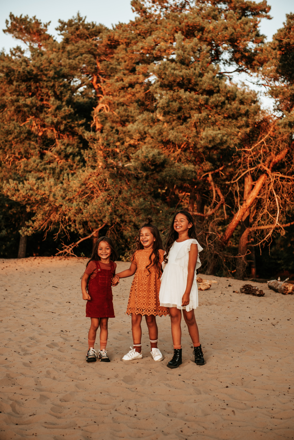 Zusjes - Wat hebben we veel gelachen tijdens deze shoot!  Zusjes Chelsea, Fayenne en Avalon - foto door Jiscafotografie op 31-10-2020 - deze foto bevat: kleur, portret, liefde, zomer, daglicht, kind, kinderen, nikon, lachen, meisje, lief, zonlicht, lach, familie, nijmegen, vrolijk, warmte, jurk, gezin, fotoshoot, blij, zusjes, gouden uur, gezinsfotografie, gezinsfotoshoot